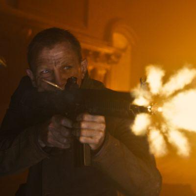 Daniel Craig James Bondina elokuvassa 007 Skyfall ampuu sarjatulta rynnäkkökiväärillä.
