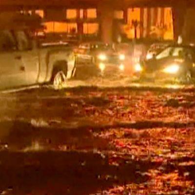 Autot ajavat tulvivalla tiellä Riadissa Saudi-Arabiassa 17. marraskuuta 2013.