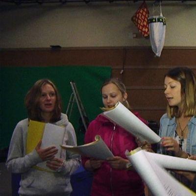 Viisi Choice-musikaalin laulajaa harjoittelee.