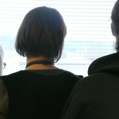 Kolme eri-ikäistä ihmistä katsoo ikkunasta.