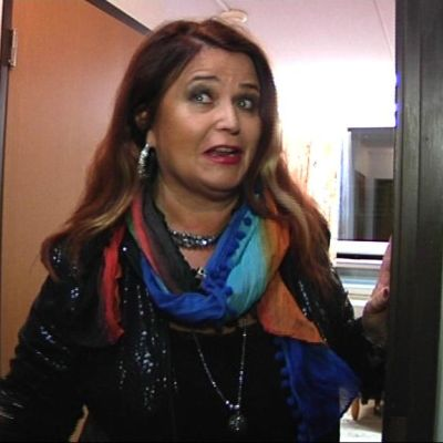 Meiju Suvas hotellihuoneen ovella