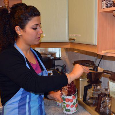 Irakilaissyntyinen Sayran keittää kahvia