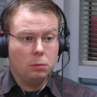 Perussuomalaisten kansanedustaja Vesa-Matti Saarakkalan mukaan Suomi nöyristelee suurvaltojen edessä.