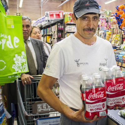 Meksikolainen kauppias Roberto Lopez ostaa kahdeksan kuuden desilitran pulloa Coca-Colaa. Hänen päiväannoksensa on 2,4 litraa juomaa. Vuoden aikana hän juo 876 litraa Coca-Colaa, joissa on 184 kiloa sokeria.