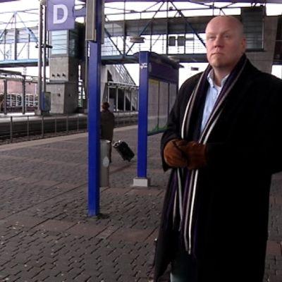 Pekka Puukko rautatieasemalla.