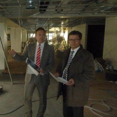 Kuvassa Nordean vara-aluejohtaja Sami Hämäläinen (oik.) sekä aluejohtaja Kari Kaivo-oja seisovat remontin keskellä isossa huoneessa