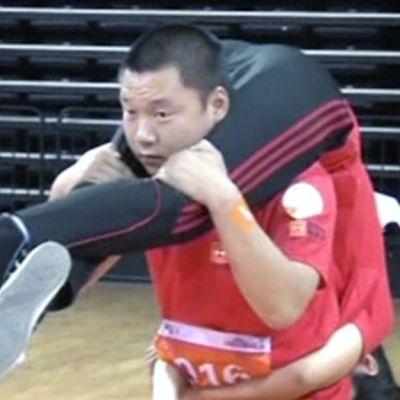 Kiinalainen pariskunta kilpailee eukonkannosta.