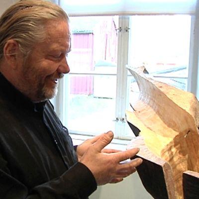 Kuvanveistäjä Seppo Kalliokoski.