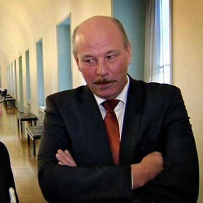 Kansanedustajat Turunen ja Kärnä käyvät ankaraa debattia.