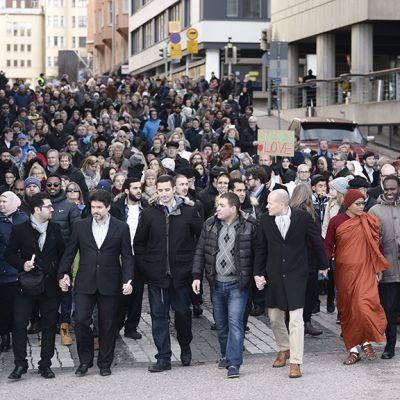 Eri uskontokuntien yhteinen rauhanmielenilmaus, kävely rauhan ja toivon puolesta Senaatintorilta Ranskan suurlähetystölle.