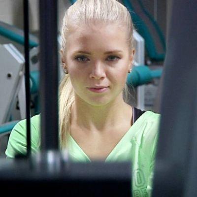 Miss Suomi Lotta Hintsa kuntosalilla.