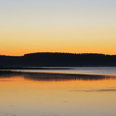 Saaret heijastuvat järvestä