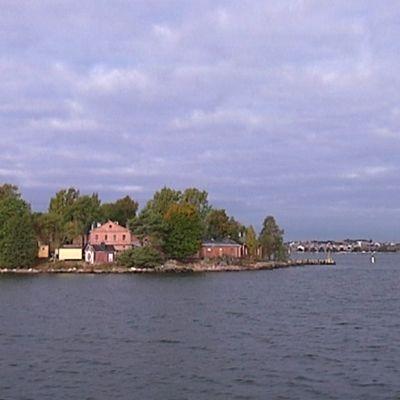 Pieni Lonnan saari on vain puolentoista kilometrin päässä Kauppatorilta.