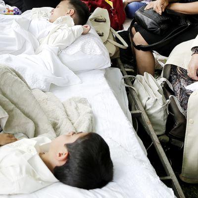 Ympärileikatut pikkupojat lepäävät operaation jälkeen.