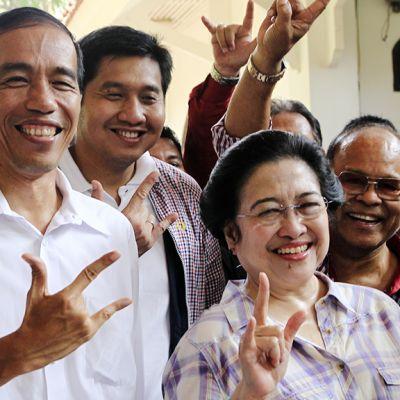 Jakartan kuvernöörinä toimiva Joko Widodo poseeraa yhdessä Indonesian entisen presidentin, Megawati Sukarnoputrin (kesk. oik.) kanssa lehdistötilaisuudessa Jakartassa 20. syyskuuta 2012.