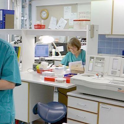 Naiset työskentelevät laboratoriossa.