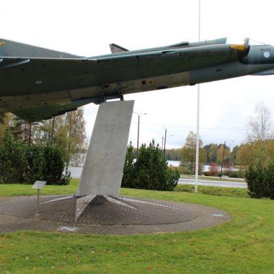 Hallissa koottiin vuosina 1974-1975 yhteensä 12 Draken-hävittäjää. Ensimmäinen on nähtävillä Hallin keskustassa.