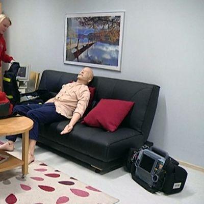 Ensihoidon opiskelijoita opettelemassa potilaan hoitoa simulaatioharjoituksessa.