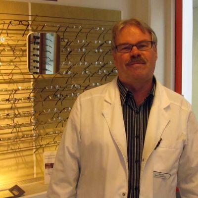 Kuvassa optikko Björn Nordström.