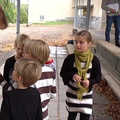 Kati Sointukangas esittelee päättäjille lähetettäviä postikortteja kyläkoulun oppilaille.