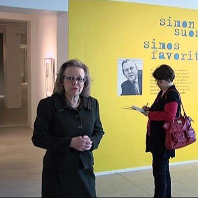 Museonjohtaja Anne-Maj Salin Kuntsin juhlanäyttelyssä.
