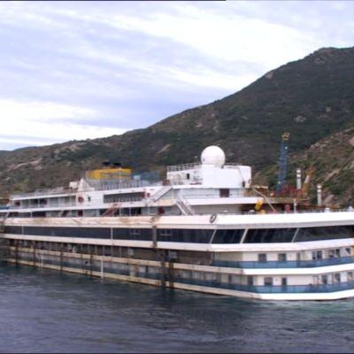Costa Concordia pystyasentoon käännettynä.