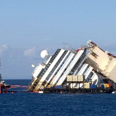 Laiva meressä kallellaan