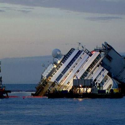 laiva kallellaan meressä