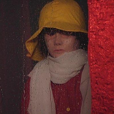 Osa Jarno Vesalan tilataideteoksesta, jossa tytöksi puettu nukke katsoo ikkunasta.