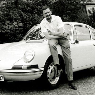Ferdinand Alexander Porsche nojaamassa Porsche 901 -malliin vuonna 1963. Automallista tuli nimikiistan vuoksi  myöhemmin Porsche 911.