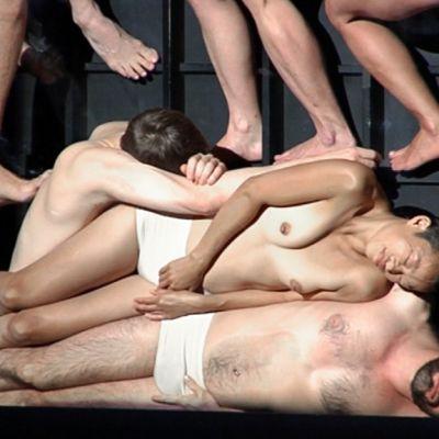 Tanssijoita Sasha Waltzin teoksessa Körper.