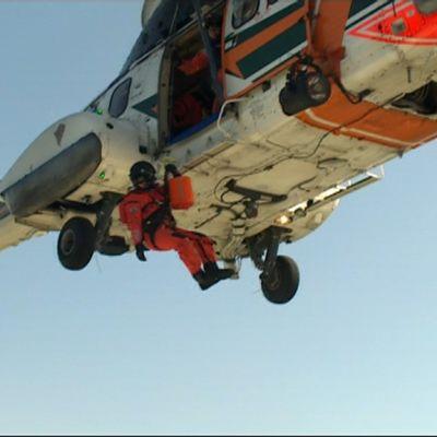 Pintapelastaja laskeutuu Rajavartion Super Puma helikopterista.