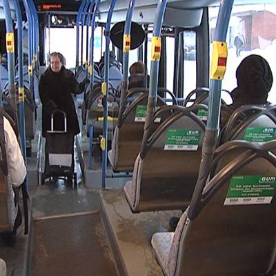 Matkustajia linja-auton kyydissä.