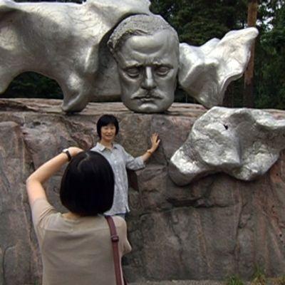 Japanilaisturistit Sibelius-monumentilla.