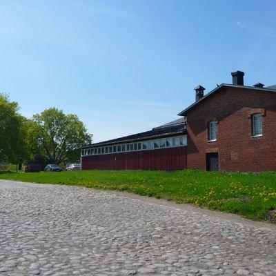 Tenniksen harrastajat joutuvat lähivuosina luopumaan Linnoituksen urheilutalosta.