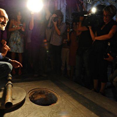 Tutkija Silvano Vinceti Lisa Gherardinin perhehaudan äärellä Firenzessä lehdistön ympäröimänä 9. elokuuta 2013.