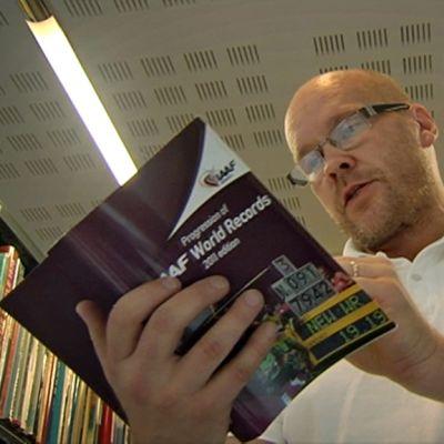 Suomen urheilumuseoon kuuluvan urheilukirjaston johtajan Matti Hintikka.