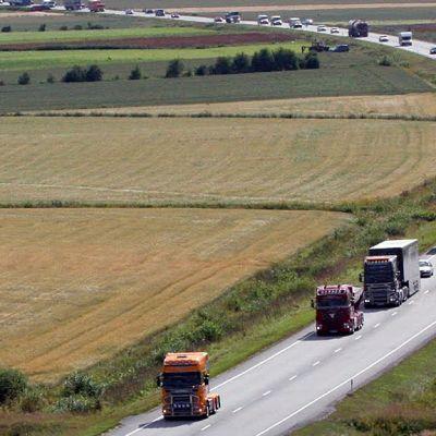 Kuvassa vuoden 2012 Power Truck -jonot tiellä