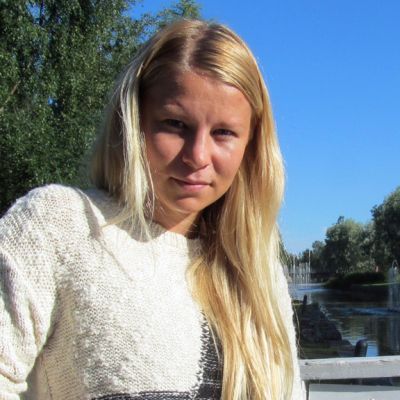Kuvassa jalkapalloilija Emmi Alanen Kokkolan keskustassa Suntin rannalla.