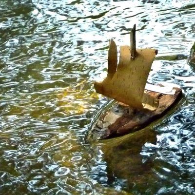 Kaarnalaiva seilaa Vääksynjoessa.