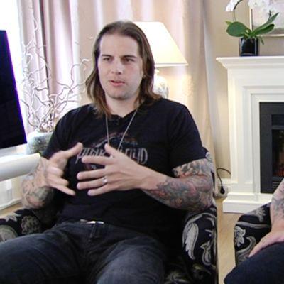 Haastattelussa Avenged Sevenfold-yhtyeen laulaja M. Shadows (vas.) ja basisti Johnny Christ.