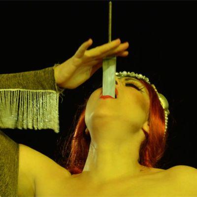Nainen nielee miekan