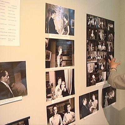 Mies katsoo vanhoja valokuvia näyttelyssä.
