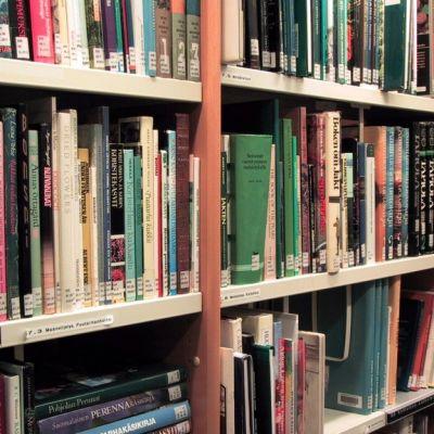 Kirjahylly kirjastossa.