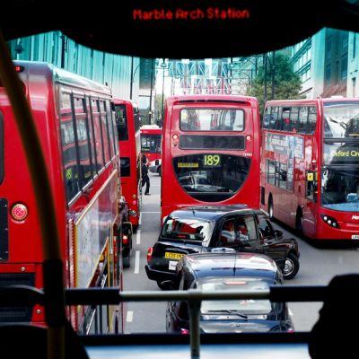 Katunäkymä lontoolaisen kaksikerroksisen bussin yläikkunasta.