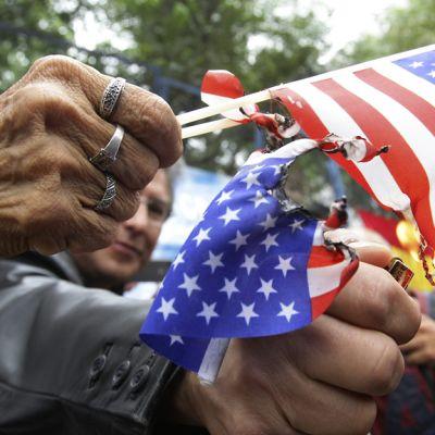 Mielenosoittaja polttaa tähtilippua.