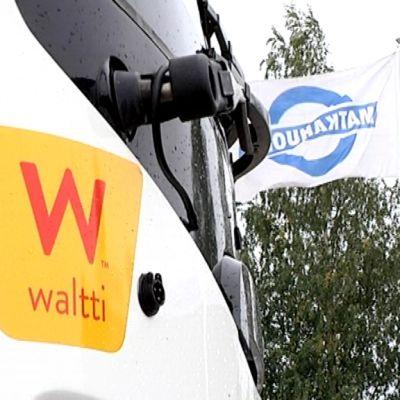 Waltti-logo bussin keulassa ja Matkahuollon lippu.