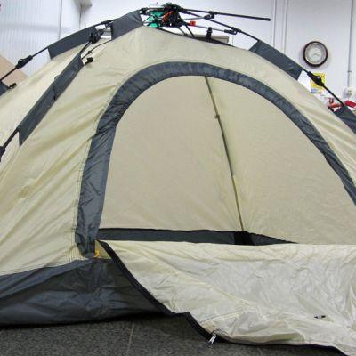Teltta pystyttää itse itsensä avattaessa.