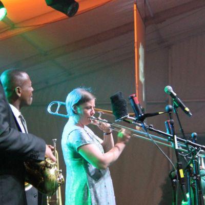 Keskellä Leroy Jones pasuunaa soittaa Katja Toivola.