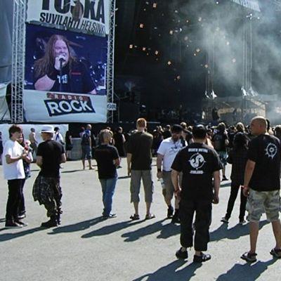 Yleisöä lavan edessä Tuska-festivaalilla 2011.